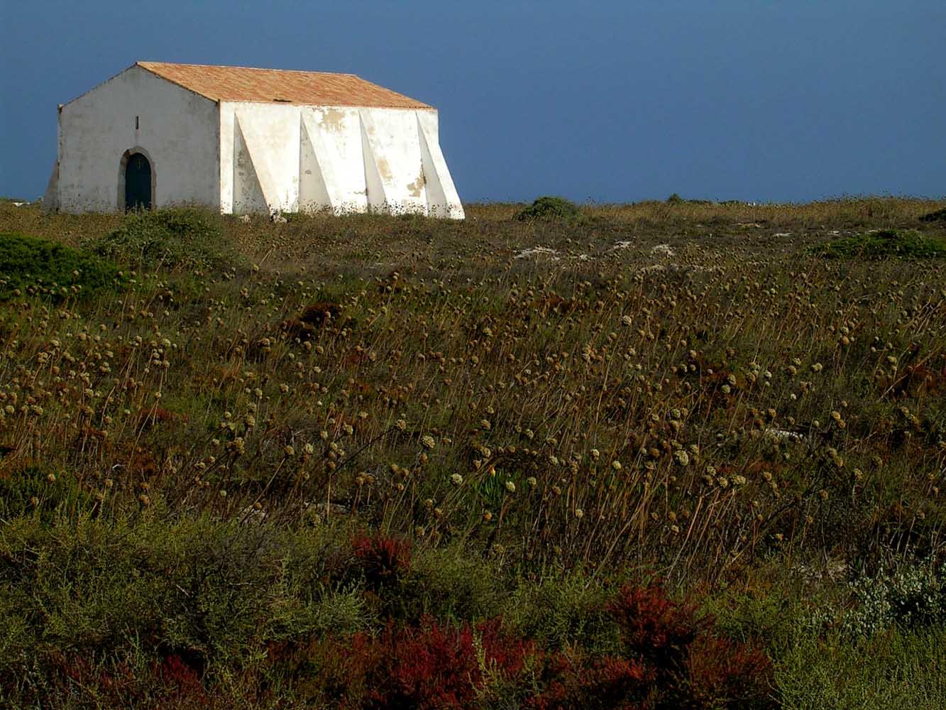 L'edificio nel campo